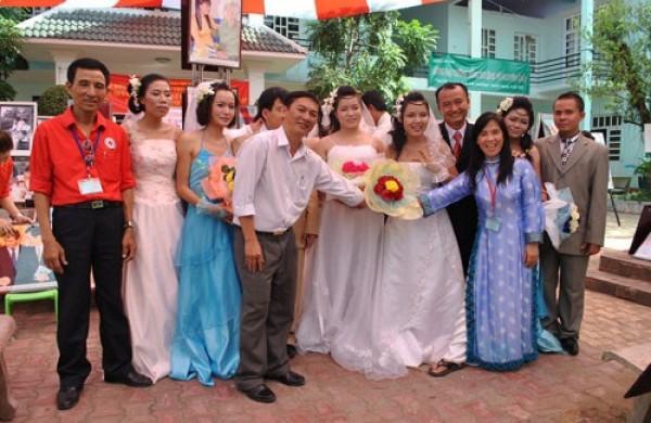 Lễ cưới tập thể tại mái nhà chung Quê Hương