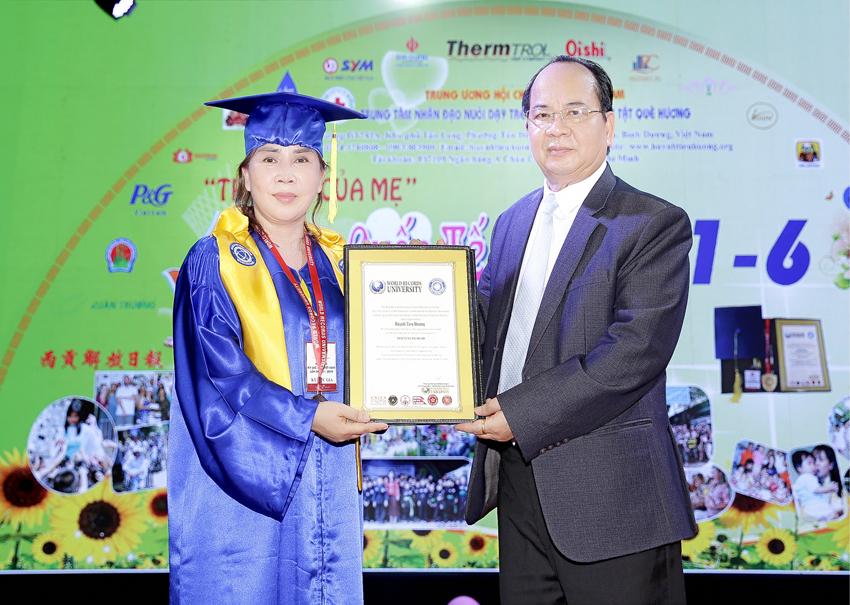Mẹ Huỳnh Tiểu Hương Được Trao Tặng Bằng Cử Nhân Danh Dự Đại Học Kỷ Lục Thế Giới