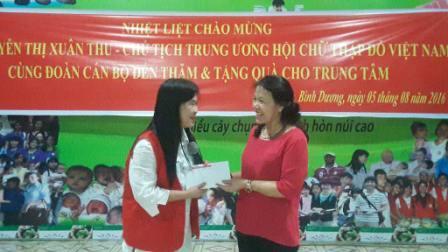 Chủ tịch Trung Ương Hội chữ thập đỏ Việt Nam cùng đoàn cán bộ đến thăm Trung tâm
