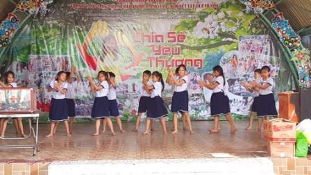 Trường Tiểu học Lê Văn Tám đến thăm tặng quà Trung tâm