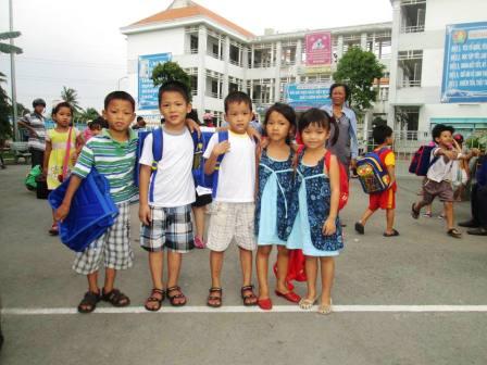 Trẻ cô nhi cần quần áo đồng phục đến trường