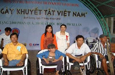 Trung tâm Nhân đạo Quê Hương trao 2.000 phần quà cho người khuyết tật