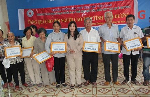 Trung tâm Nhân đạo Quê Hương: Tặng 120 phần quà cho người cao tuổi