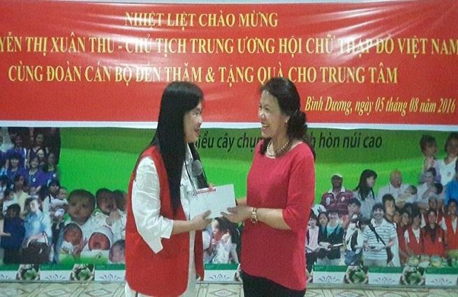 Hội Chữ thập đỏ Việt Nam đến thăm tặng quà cho các em nhỏ bất hạnh