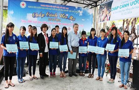 Trung tâm Nhân đạo Quê Hương trao quà & học bổng cho trẻ em nghèo tại Nha Trang
