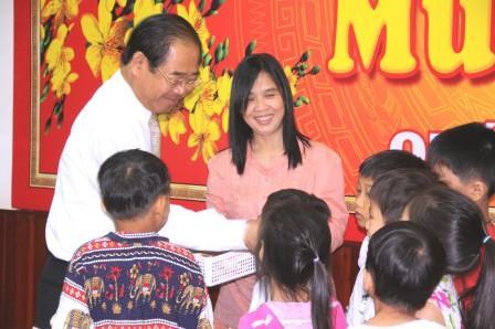 Bí Thư Tỉnh Bình Dương tặng quà trẻ cô nhi Trung tâm nhân đạo Quê hương