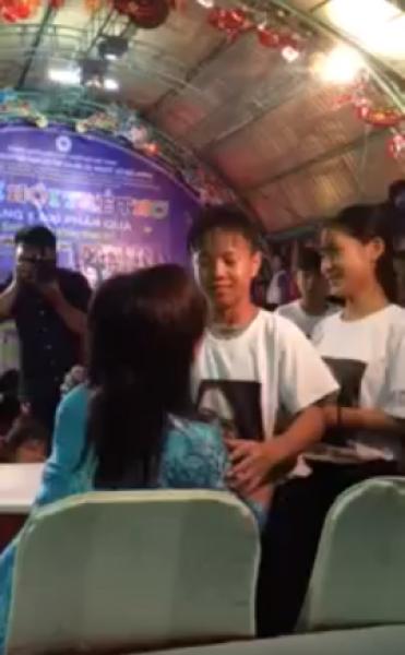 Nụ hôn chứa đầy tình thương của mẹ Huỳnh Tiểu Hương với các con