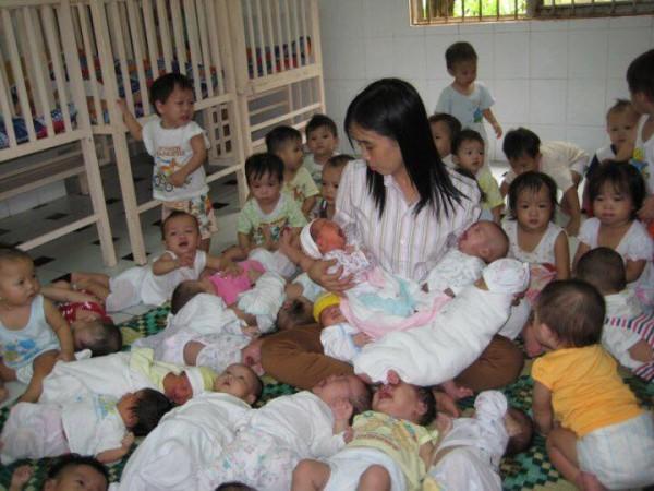 Hàng trăm trẻ bị bỏ rơi cần có cha, có mẹ - Huỳnh Tiểu Hương