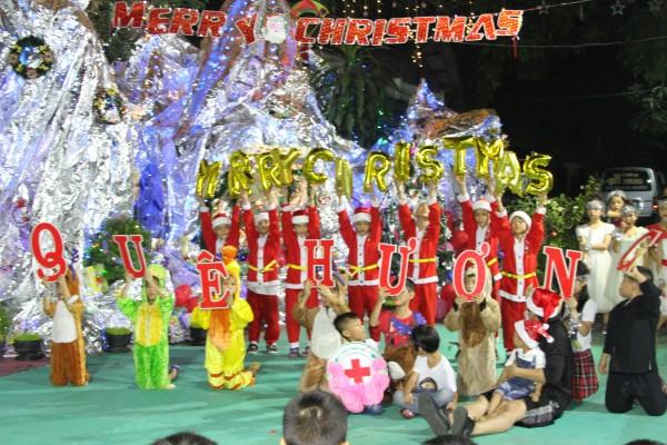 Giáng Sinh Đến Với 345 Trẻ Cô Nhi - Huỳnh Tiểu Hương