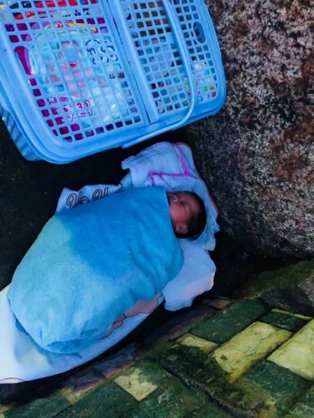 Bé Gái Mới Bị Bỏ Rơi Trước Cổng Trung Tâm Nhân Đạo Quê Hương