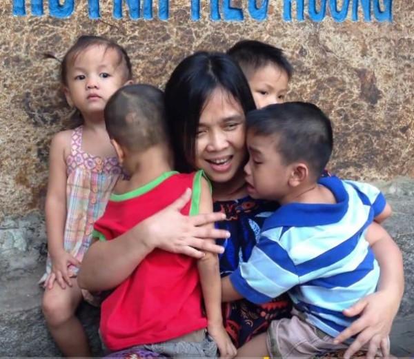 Người mẹ trăm con - suốt đời vì con - Huỳnh Tiểu Hương